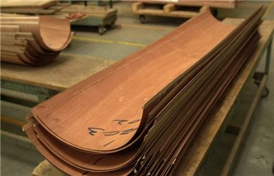 Mahogany veneers used for the outermost layer of the rim on models that have a wood-grained finish